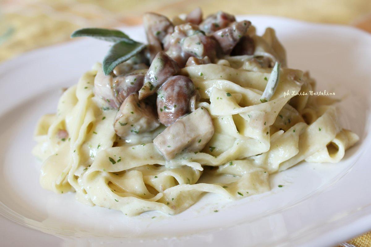 Tagliatelle funghi,pancetta e panna