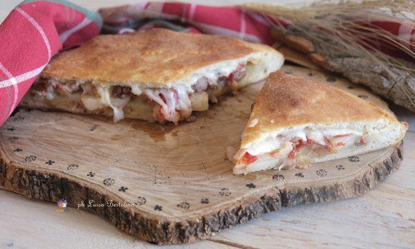 Scacciata siciliana con patate e salsiccia