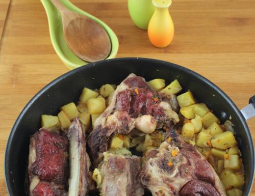 Spezzato di pecora e patate brasati alle erbe