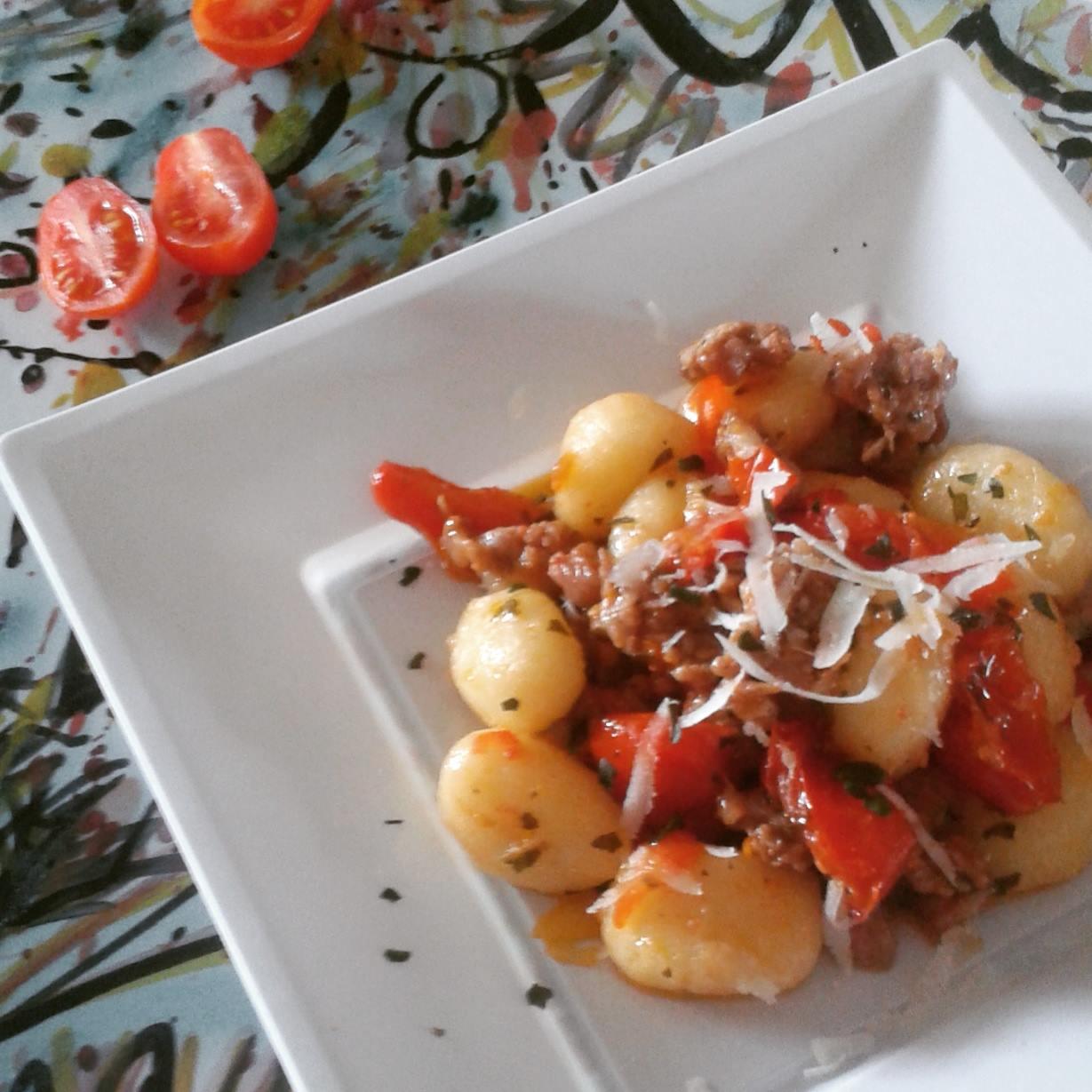 Ricetta Gnocchi Con Ricotta Salata.Gnocchi Di Patate Con Pomodori Datterino Ricotta Salata E Salsiccia
