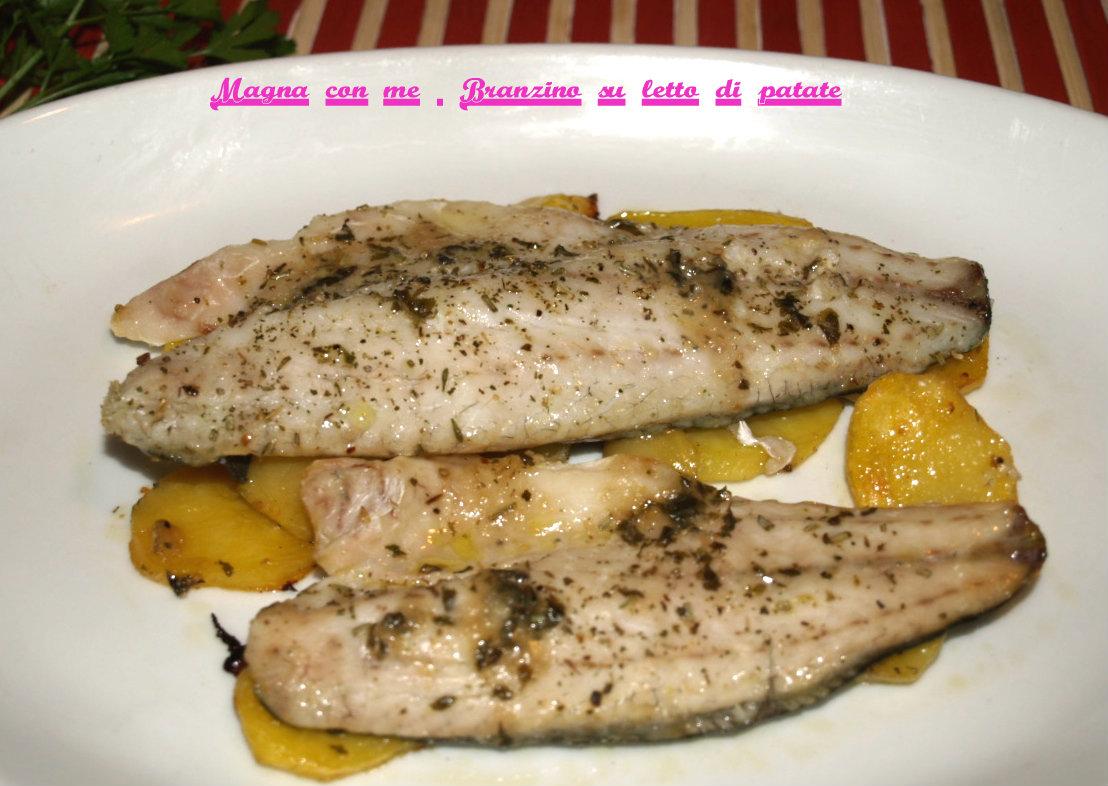 Filetto di branzino al forno su letto di patate magna con me - Pesce su letto di patate ...