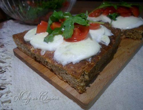 Focaccia integrale pomodorini, mozzarella e rucola