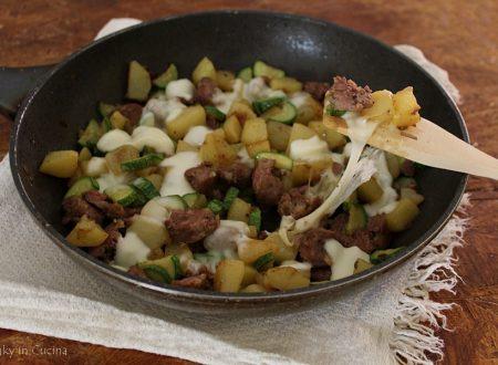 Salsicce patate e zucchine filanti