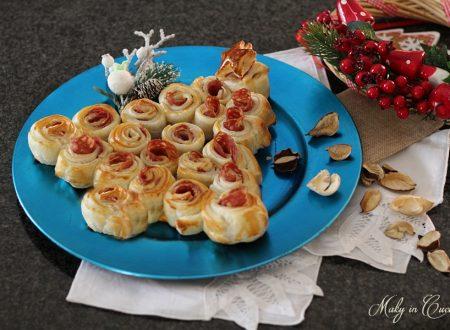 Albero di rose natalizio con salame