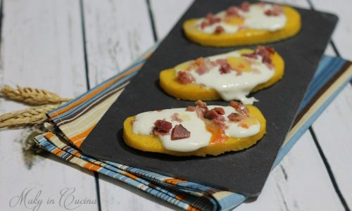 Crostini di polenta stracchino e pancetta