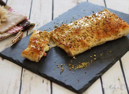 Rotolo con pancetta e provola in crosta di pistacchi