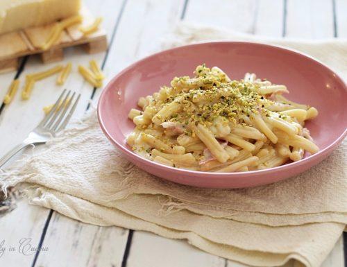 Pasta con crema di prosciutto cotto e pistacchi