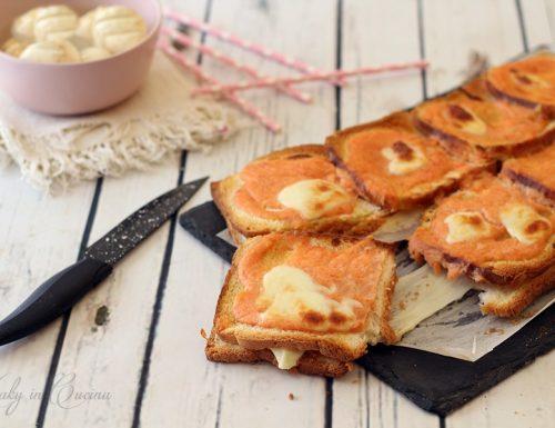 Pizza finta di pan carrè con mozzarella e prosciutto