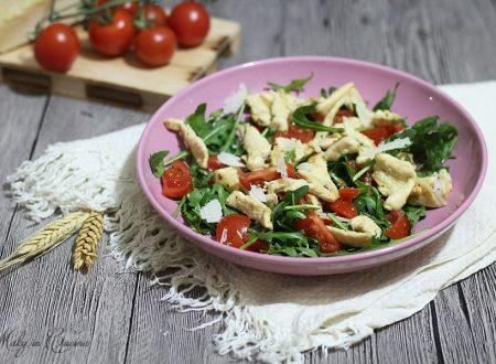 Straccetti di pollo con rucola pomodorini e grana