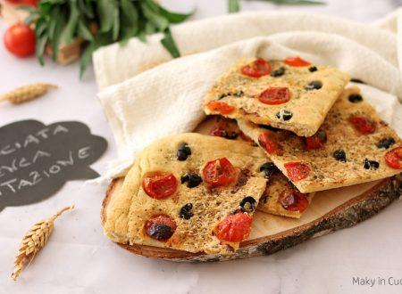 Schiacciata senza lievitazione pomodorini olive e pecorino