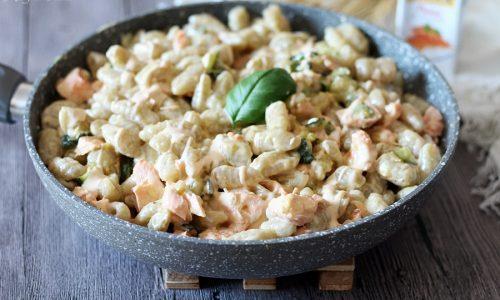 Gnocchi crema di salmone e zucchine