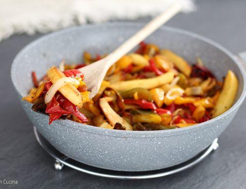 Patate peperoni e cipolle in padella
