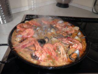 Preparazione della paella di pesce spagnola
