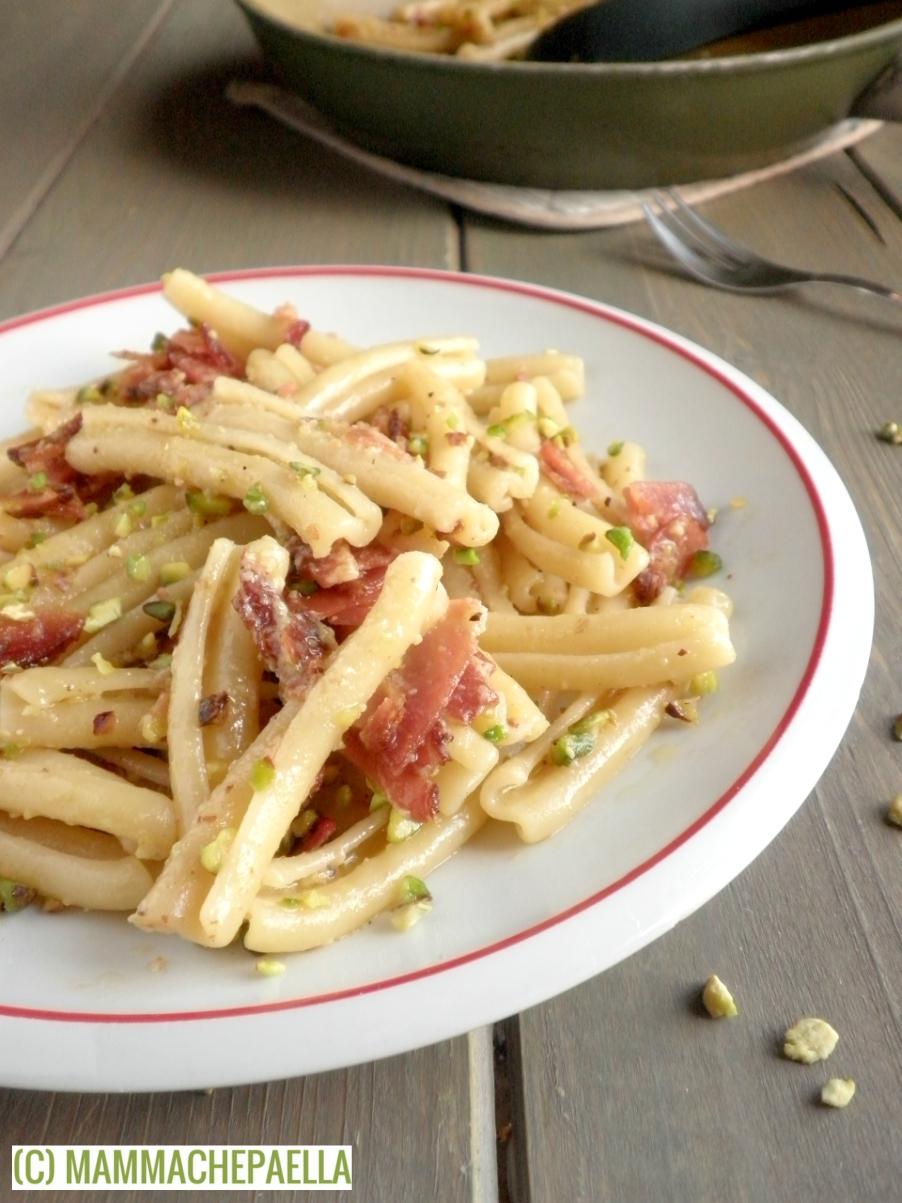 Pasta con pesto di pistacchi e speck, senza panna