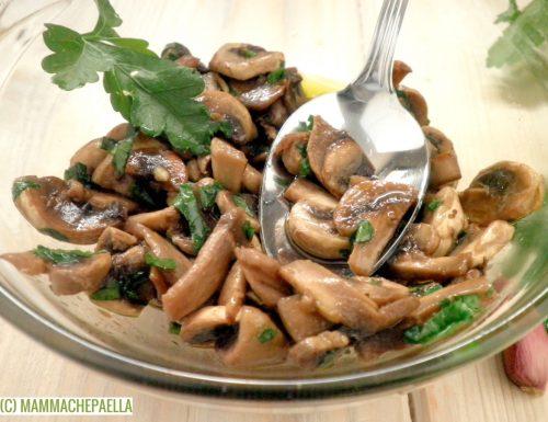 Contorno di funghi champignon, con aglio e prezzemolo