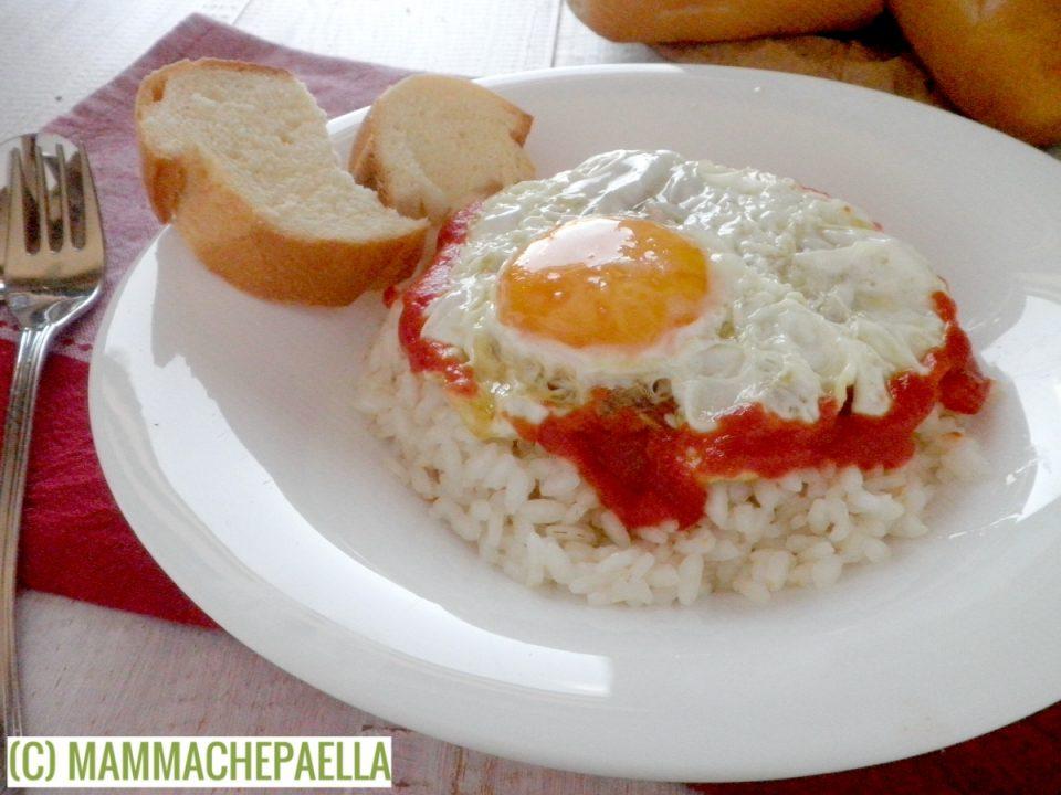 Riso con pomodoro ed uovo fritto