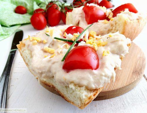 Panino con salsa al tonno e maionese, pomodorini ed uovo sodo