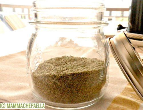Insaporitore fatto in casa con erbe fresche essiccate