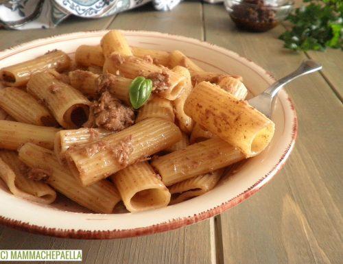 Pasta con il tonno e salsa di olive nere e capperi (Tapenade)
