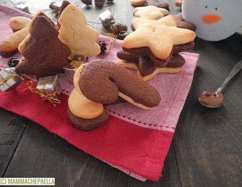Biscotti bicolore farciti alla Nutella, friabili e golosi