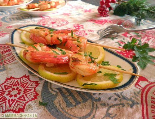 Spiedini di gamberoni all'aglio in padella (Brochetas de gambas al ajillo)