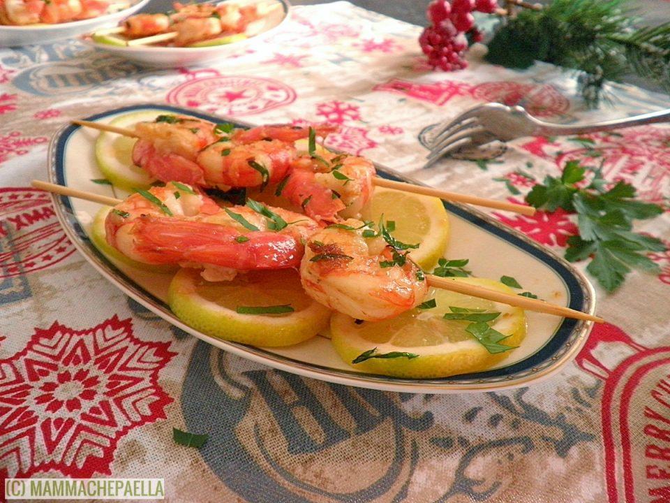 Spiedini di gamberoni all'aglio in padella