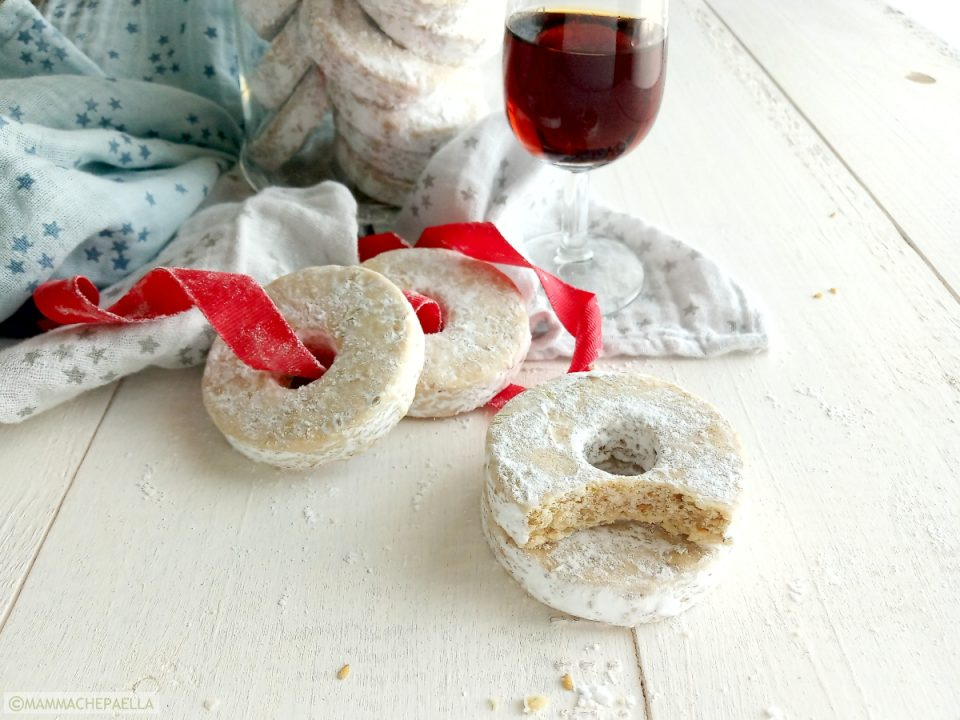 Roscos de vino, biscotti spagnoli con il buco al vino