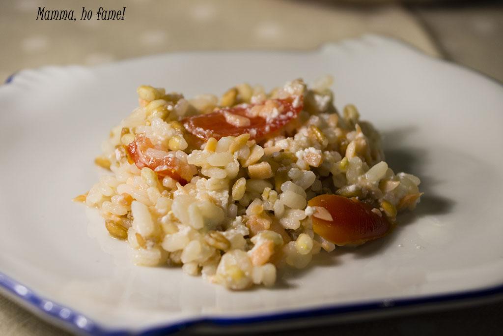 Insalata di cereali con salmone e pomodorini