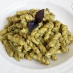 Pasta al pesto di basilico viola