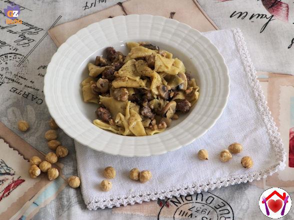 Pasta con salsiccia, funghi champignon e noci