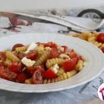 Pasta con feta, pomodorini e pesto