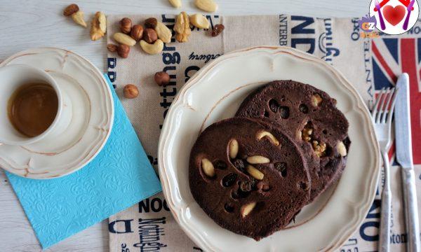 Pancake al cacao e frutta secca