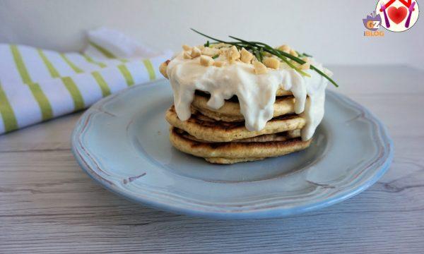 Pancakes salati con crema di formaggio e mandorle