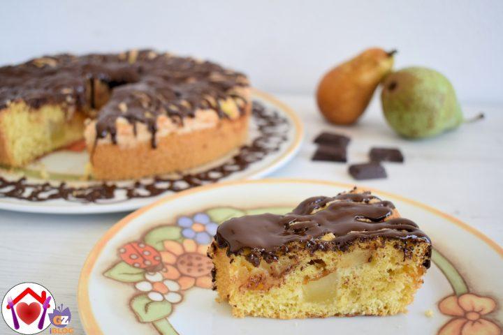 torta alle pere con glassa al cioccolato.
