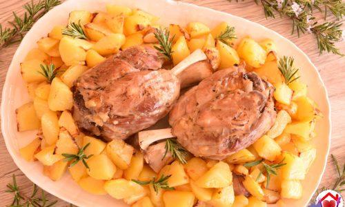 Stinco con patate al forno