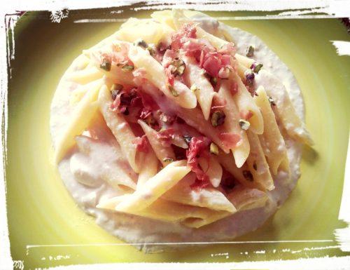 Pasta con pistacchi e mortadella su crema di burrata