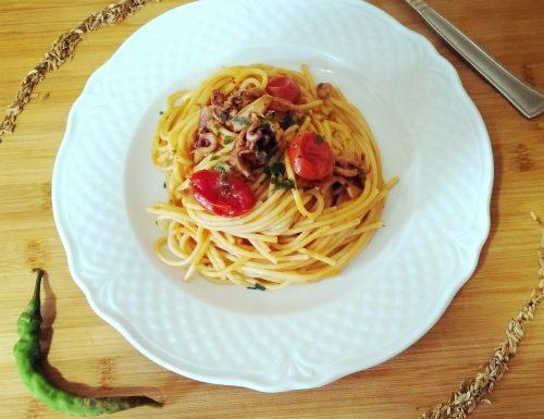 Spaghetti con calamari e semi di finocchio