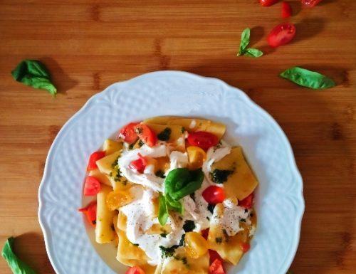 Pasta ai due pomodorini con stracciatella e gocce di emulsione al basilico.
