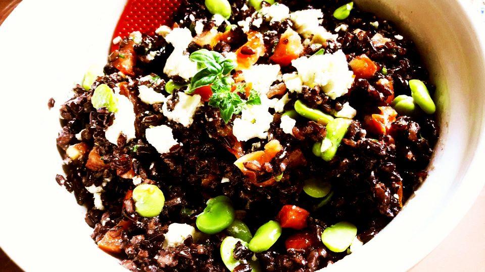 Insalata di riso nero, fave e pomodorini