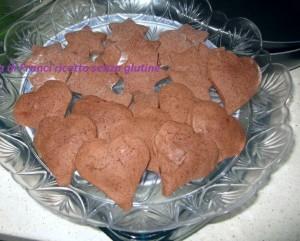 Biscotti al cioccolato  senza glutine ripieni di marmellata di fragole