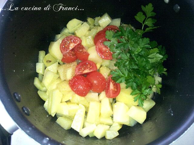 aggiungere le patate,i tre pomodorini tagliati in quattro, il prezzemolo,un pizzico di aglio in polvere e il sale