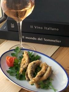 Deliziose alici dorate e fritte,stuzzicante antipastino ottime accompagnate a una bella bollicina italiana