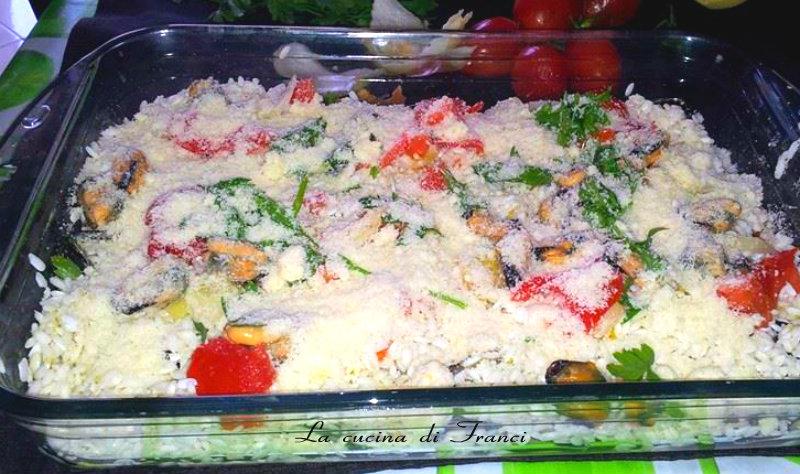 Distribuire il riso su tutta la superficie,aggiungendo formaggio e ciuffi di prezzemolo