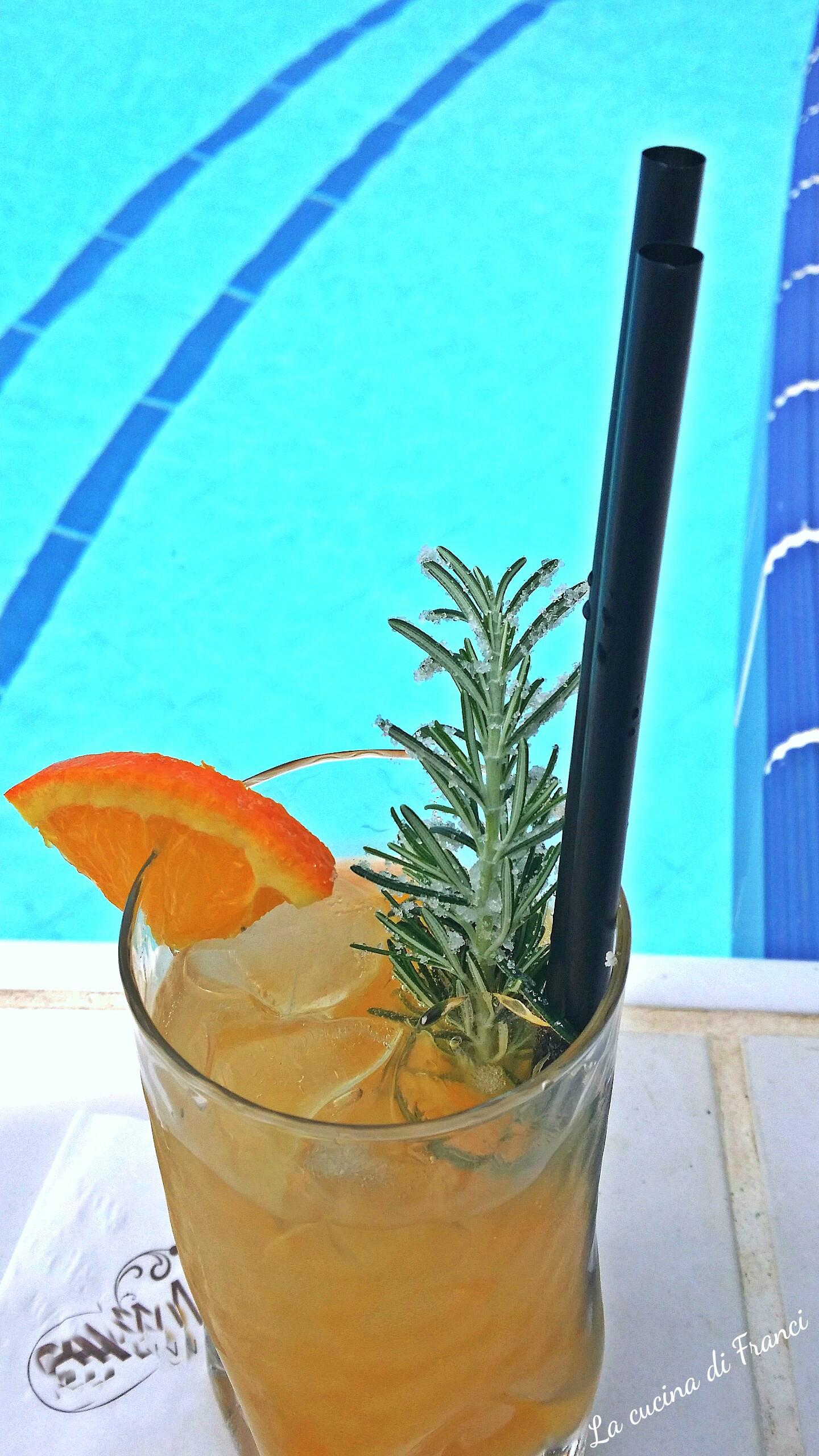 Cocktail-analcolico-pesca-e-rosmarino