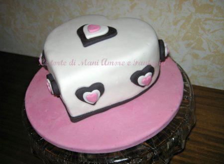 Torta decorata a forma di cuore per S. Valentino