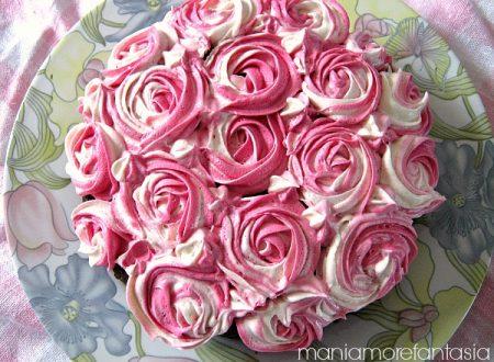 Torta al cacao decorata con rose di ganache al cioccolato bianco