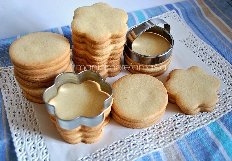 pasta frolla per biscotti decorati. Impastate il burro con lo zucchero.