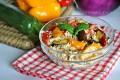 Insalata di couscous vegetariano con ortaggi estivi
