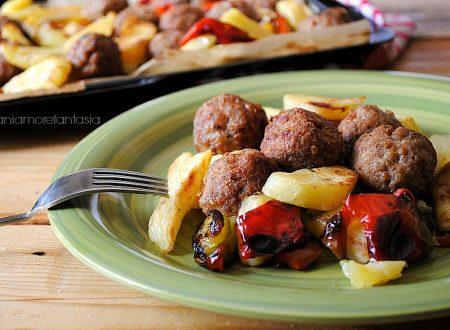 Polpette di carne al forno con patate e peperoni
