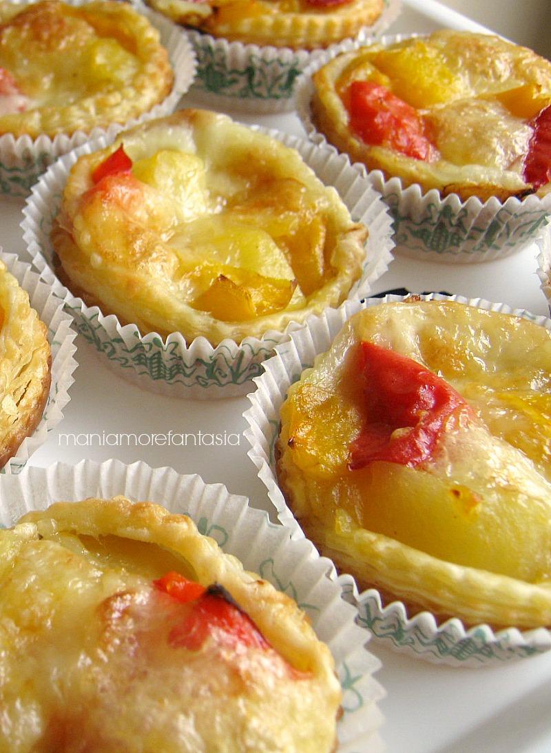 tartellette salate di pasta sfoglia con peperoni e patate